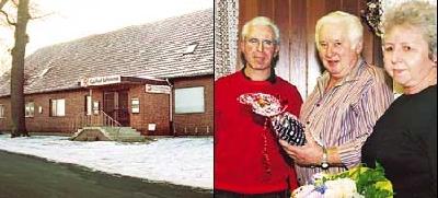(linkes Bild) Geschlossene Türen, heruntergelassene Rolläden: Aus für den beliebten Gasthof. (rechtes Bild) Von links: zweiter Vorsitzender Gerhard Biermann, Heinz und Helma Papenhausen. Foto: Kahle