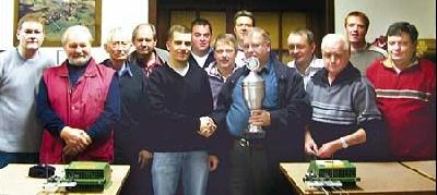 Vorsitzender Erwin Rode überreicht Fabian Bartling den Pokal. Foto: privat