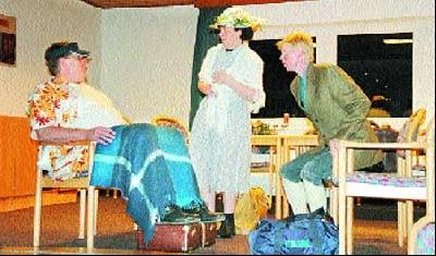 """Walter Hillmann, Annette Biere und Irmtraut Hasselbusch (von links) eröffnen mit dem Sketch """"op de Reis"""" den Vorstellungsreigen.Fotos (2): Reckleben-Meyer"""
