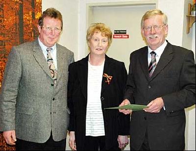 Bürgermeister Friedel Fischer (links) und Gemeindedirektor Wilfried Henking überreichten Magdalena Block-Meyer das Bundesverdienstkreuz. Foto: Brückner