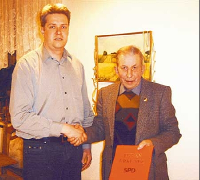Marco Winkelmann überreicht Friedel Kahle eine Ehrenurkunde für 25-jährige SPD-Mitgliedschaft.Foto: privat