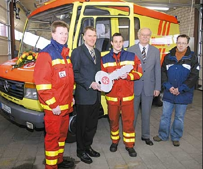 Freude bei der Schlüsselübergabe für das zusätzliche Rettungsmittel bei Axel Sudmann (von links), Uwe Beyes, Markus Princk, Rainer Lensing und Michael Hormann.