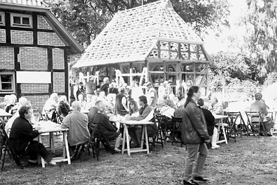 Fest im Estorfer Schünebusch zwischen Brösking- und Siemering-Scheune, die mehr als nur einer Nutzung als Radunterstand dienen soll. Foto: Achtermann
