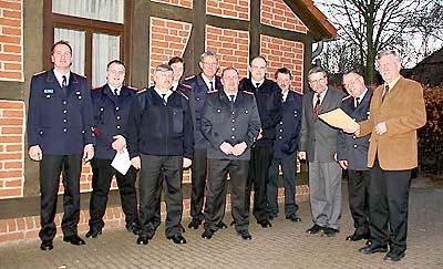 Die ernannten Ortsbrandmeister von Brokeloh, Estorf und Leese mit Landesbergens Samtgemeindedirektor Wilfried Henking (rechts).Foto: Bittner