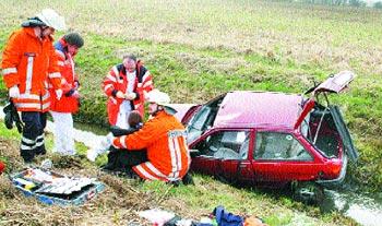 Auto stürzt fünf Meter tief