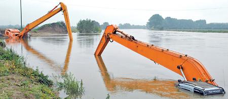 Der 30-Tonnen-Bagger versinkt immer weiter in der Weser.