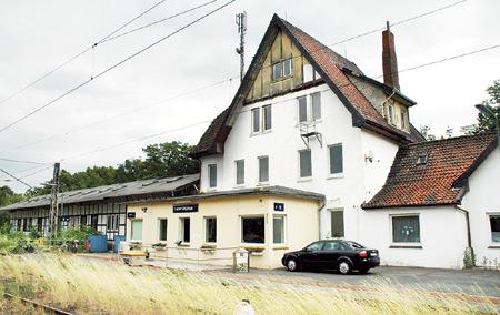 Der als Wohnhaus genutzte Bahnhof in Leese steht leer.