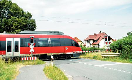 Der Bahnübergang an der Bahnhofstraße soll erweitert werden. Für Radfahrer ist eine eigene Spur geplant, damit sie nicht auf die Fahrbahn wechseln müssen.