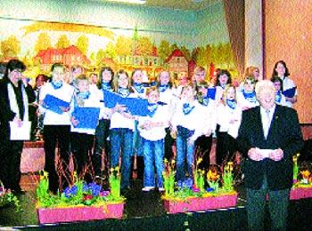 Kinder- und Jugendchor und Bürgermeister Willi Heineking