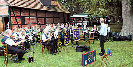 Der Feuerwehrmusikzug Estorf-Leeseringen musiziert beim Estorfer Scheunenfest