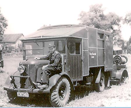 Der Löschwagen von 1945 mit dem Martinshornbläser auf dem Kotflügel.