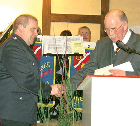 Jochen Hartmann dankt dem stellvertretenden Landrat Dera.