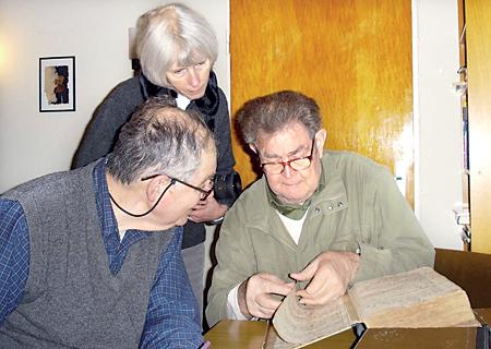 Peter und Elizabeth Hedrick nehmen dankend die Hilfe von Günther Deking an, um alte Kirchenbucheinträge entziffern zu lassen.