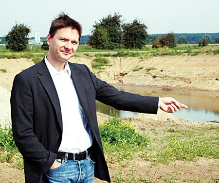 Christian Pohl vor der ausgebaggerten Grube.