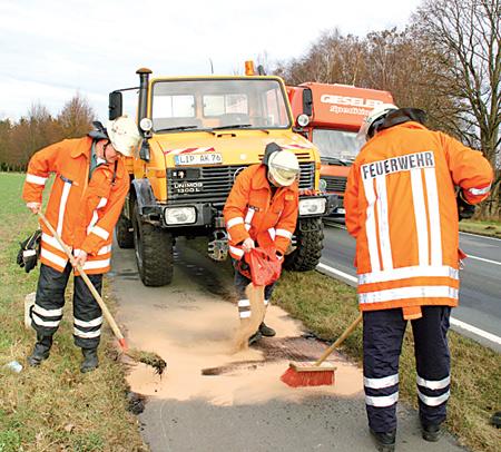 Aufräumarbeiter der Feuerwehr nach Ölunfall