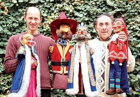 Mit 80 Jahre alten Handpuppen begeistern Hubertus Lauenburger und Sohn David. Norddeutschlands älteste Puppenbühne spielt am morgigen Freitag in Rehburg.