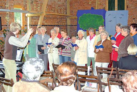 Mit Unterstützung des Chores wurde der Scheunengottesdienst zu einer besonderen Veranstaltung.