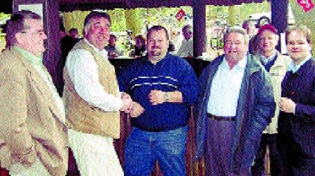 Walter Hillmann, Berthold Sasse, Oliver Ziebolz, Günther Feegel, Walter Hotze und Grant Hendrik Tonne (von links) bei einer Radel-Pause.            Foto: privat