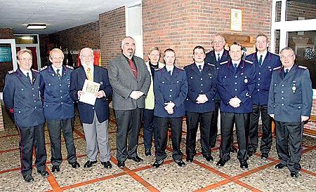 Geehrte und Gäste der Leeseringer Feuerwehr.