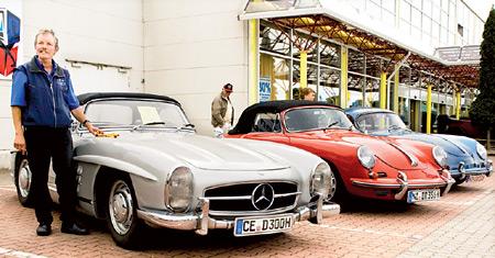 Hingucker: der Mercedes 300 SL von Wilfried Steer (links) und zwei Porsche 356.
